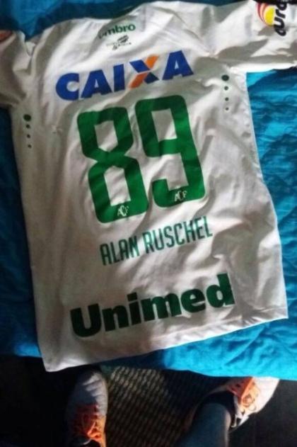 Camisa que seria usada por Alan Ruschel na Sul-Americana é recuperada 61f7e54fd4100