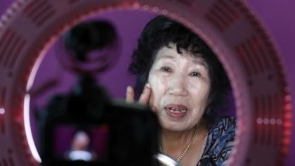 c6b081a2c10 Fofa  Vovó de 70 anos faz sucesso no Youtube e dá novo sentido à beleza