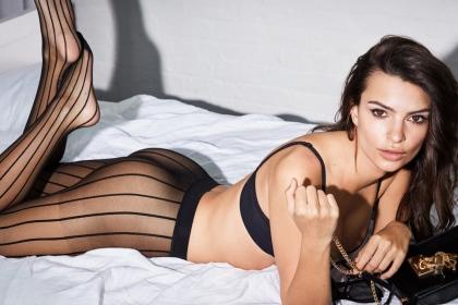 Resultado de imagem para emily ratajkowski posta foto exibindo lingerie preta